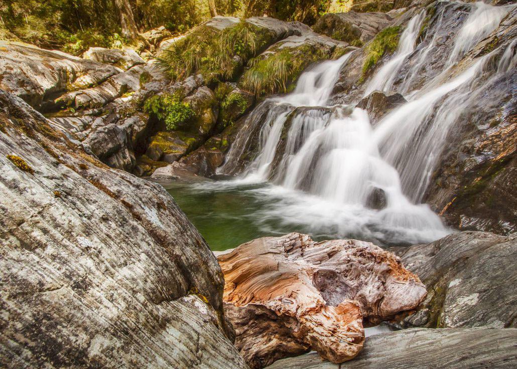 La Fantail Falls, une des nombreuses cascades qu'on peut trouver sur la côte ouest de la Nouvelle-Zélande. Nouvelle-Zélande