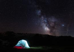 Bivouac sous les étoiles au lac noir sur le plateau d'Emparis. Auvergne-Rhône-Alpes - Isère - Grenoble