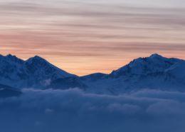 Couleurs matinales derrière la crête du Grand Serre. Auvergne-Rhône-Alpes - Isère - Grenoble